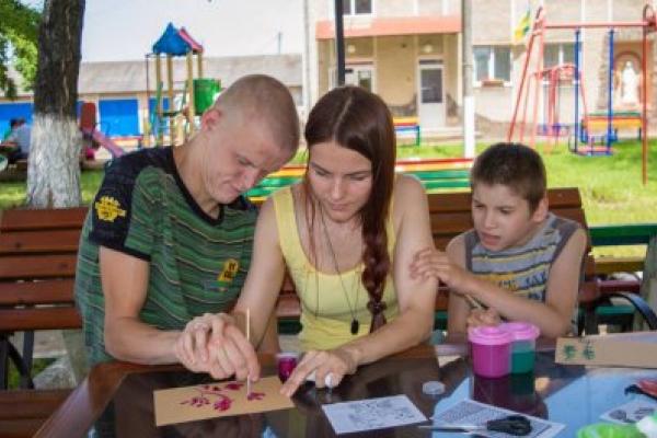 Молоді прикарпатці з інвалідністю продають на благодійному онлайн аукціоні свої роботи