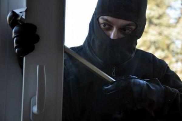 «Не зачиняти вхідні двері, навіть якщо ви перебуваєте у квартирі, – небезпечно», – прокуратура Франківська