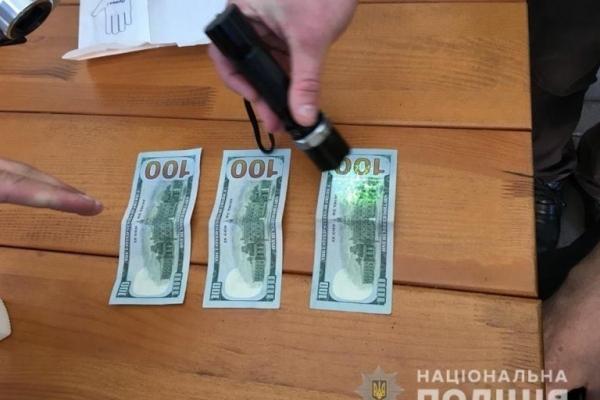 У середмісті Франківська на хабарі затримали посадовця університету