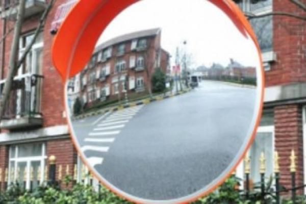У Франківську встановлюють сферичні дзеркала на складних поворотах (Відео)