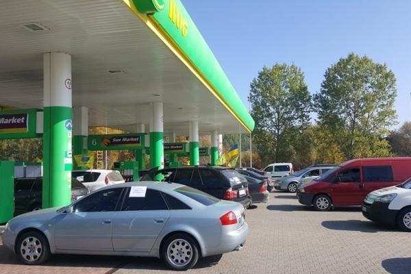 У Івано-Франківську власники машин заблокували роботу кількох заправок (Відео)