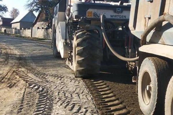 Відому завдяки гучним протестам ділянку автошляху Яблунів-Делятин ремонтують (Фото)