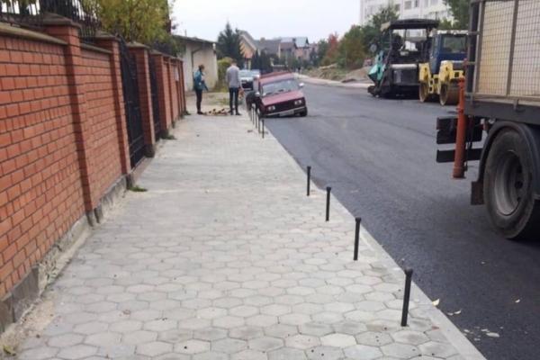 У дощову яму на вулиці 24 серпня у Івано-Франківську провалилося авто (ФОТО)
