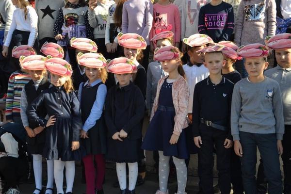 Меру Івано-Франківська вдягли на голову вишеньку , а дітям  - куряче філе (Фото)