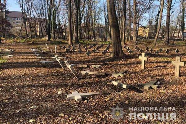 На одному із коломийських кладовищ вандали понівечили хрести (Фото)