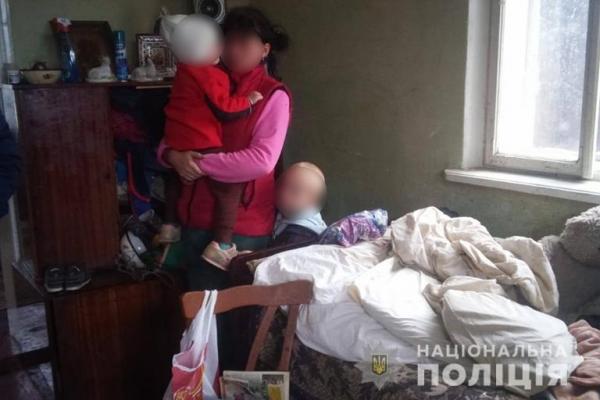 У 23-річної жительки Прикарпаття забрали двох маленьких дітей (Фото)