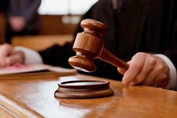 На Прикарпатті судитимуть осіб, які змусили неповнолітнього стати на коліна та співати