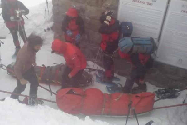 Рятувальна операція у Карпатах: медикам передали двох туристів, які потрапили у снігову пастку
