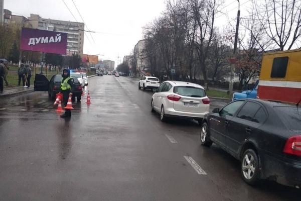 На Тролейбусній водій збив дитину на переході – люди спіймали і побили винуватця