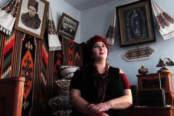 Баба Доцька з Коломиї переспівала відомий саундтрек до серіалу «Слуга народу» (Відео)