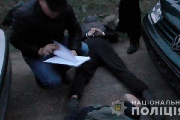 Поліцейські Коломийщини затримали зловмисників зі зброєю, які вимагали у неповнолітнього 300 доларів