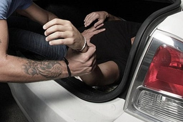 Поліцейські підозрюють п'ятьох прикарпатців у викраденні чоловіка: одного зловмисника затримано