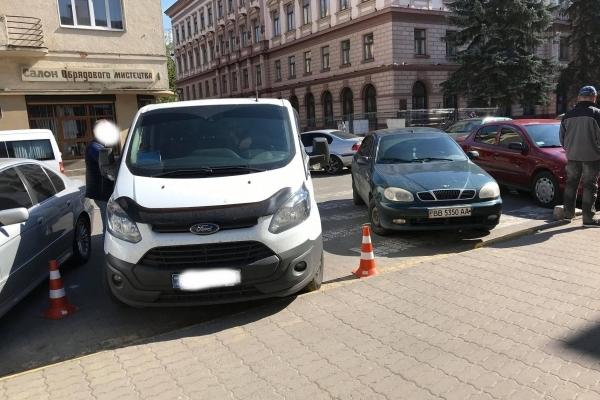 У середмісті Франківська з машини киянина викрали 8700 доларів США та 109 000 гривень