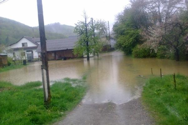 Негода на Прикарпатті: в Яремче затопило об'їзну, а в Косові вода заливає будинки (Фото, відео)
