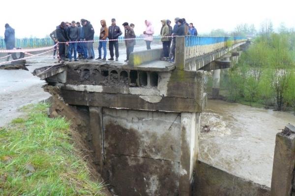 Зсуви ґрунту, пошкодження мостів та затоплені господарства – якої шкоди накоїла велика вода на Прикарпатті