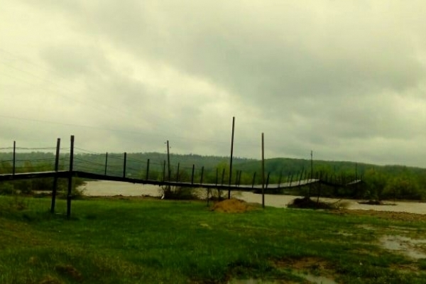 Велика вода. На Надвірнянщині аварійний міст відрізає людей від цивілізації