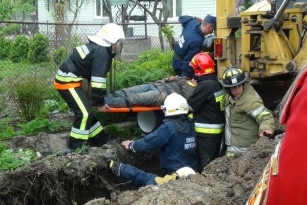 В Угринові землею завалило робітника – він виявився п`яним