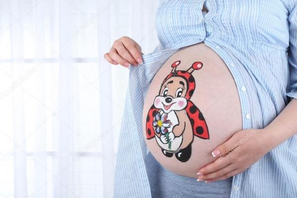 Боді-арт для вагітних: калуська майстриня розмальовує майбутніх мам (Відео)