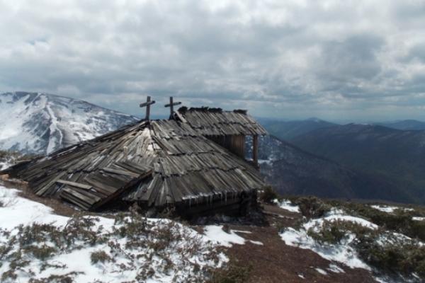 У Карпатах на висоті 1600 метрів знайшли старовинну колибу (Відео)