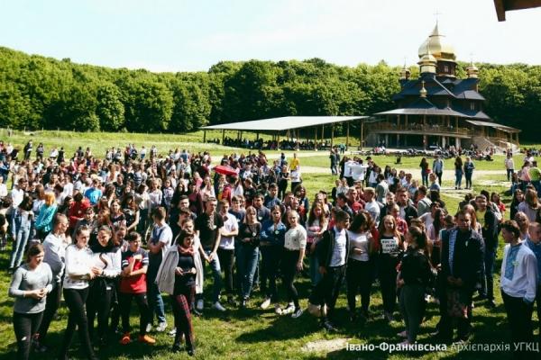 1200 випускників Прикарпатя взяли участь у прощі випускників у Погоні (Фото)
