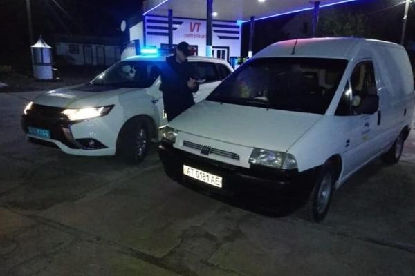 На Прикарпатті двоє молодиків обстріляли автомобіль та забрали гроші
