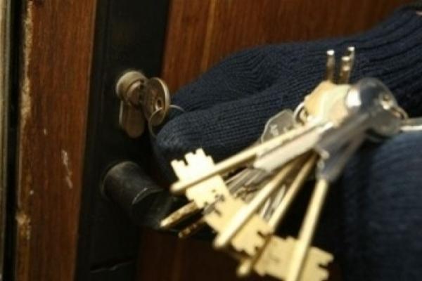 Невідомі обікрали помешкання у Франківську та Коломийщині: винесли 2000 $, 1000 €, ювелірку та телевізор