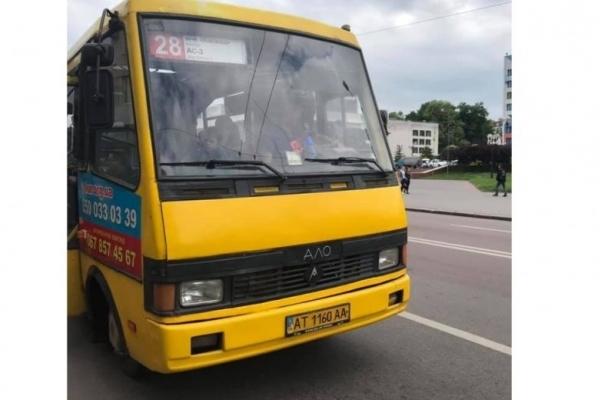 У Франківську водій маршрутки з кулаками кинувся на пасажира