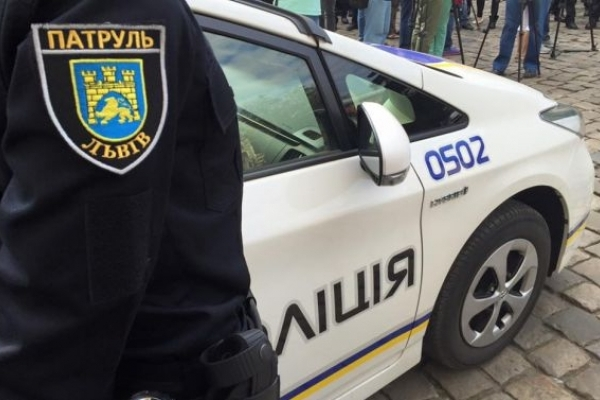 У Калуші в сквері чоловік побив молодика та викрав телефон