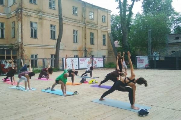 У франківському Палаці Потоцьких провели заняття з йоги (Фото)