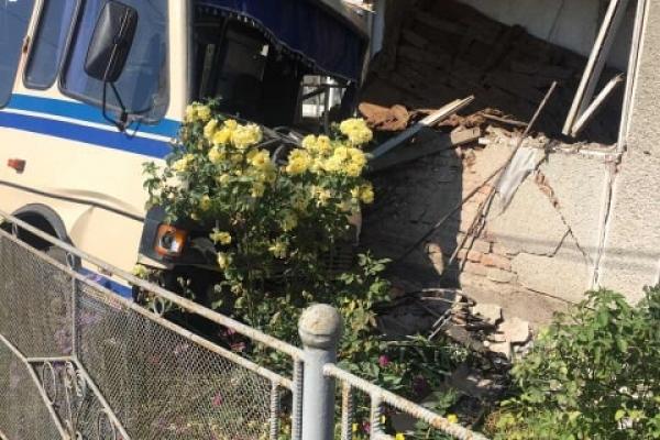 На Прикарпатті автобус із пасажирами протаранив житловий будинок (Фото)