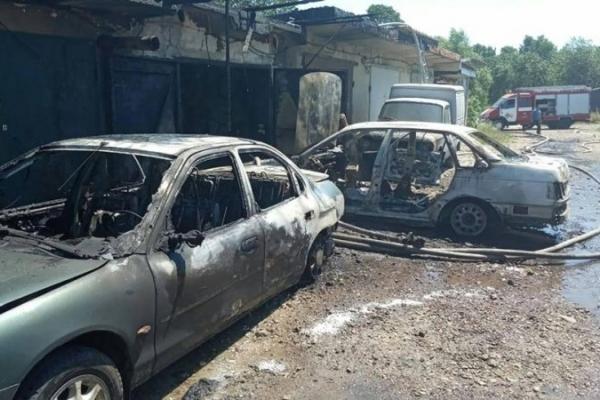На Прикарпатті вогонь знищив дві автівки, гараж та один автомобіль вдалось врятувати (Фото)