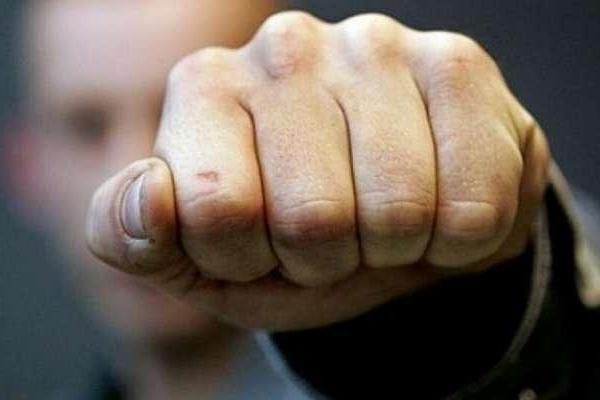 На Прикарпатті молодик побив чоловіка, а потім пограбував його