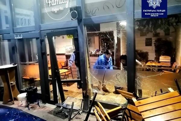 На Пасічній п'яний водій в'їхав у кафе (Фото)
