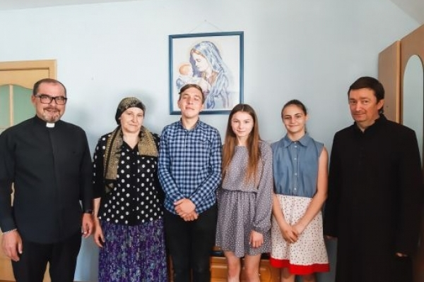 Виплекав десять дітей: як священник на Прикарпатті опікується сиротами (Фото)