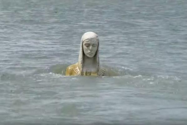 На Прикарпатті з річки явилася Божа Мати ( Фото, відео)