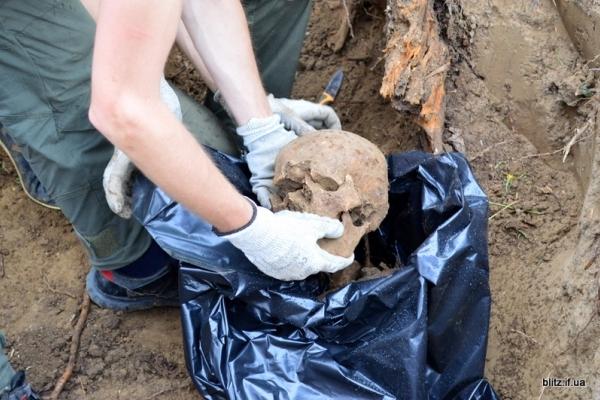 Посеред городу на Долинщині викопали останки вояка часів Другої світової війни (Фото)