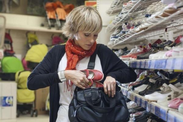 У Франківську поліція затримала літню жінку, яка регулярно крала товар з супермаркету