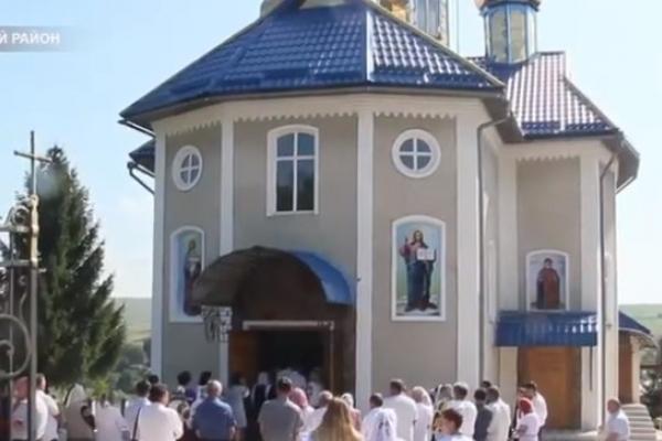 На Прикарпатті віряни самотужки відбудували храм, який згорів 24 роки тому (Відео)