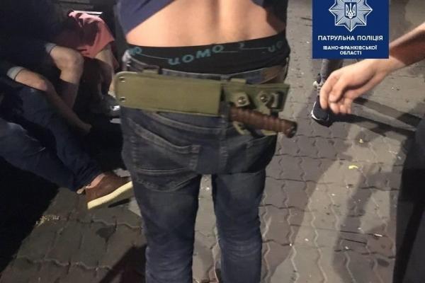У Франківську невідомий кидався з ножем на людей