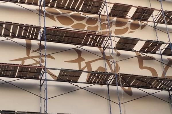 На найбільшому будинку Івано-Франківська малюють мурал (Фото)