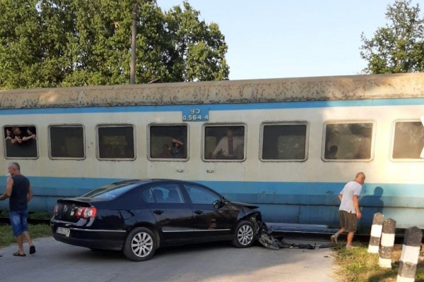 ДТП на Прикарпатті: Volkswagen врізався у потяг