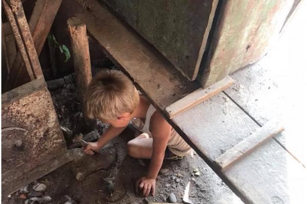 «Наче маленьке налякане звірятко»: у селі на Франківщині знайшли дитину-мауглі (Фото)