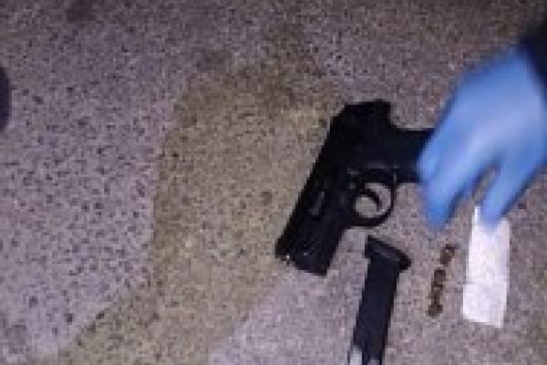 На Карпатській неповнолітній носив у сумці пістолет
