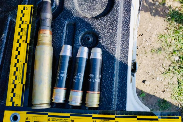 На Прикарпатті на узбіччі дороги виявили пакет із боєприпасами