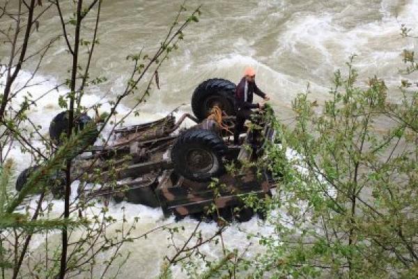 Водій вантажівки, яка злетіла з туристами в гірську річку, може сісти на десять років