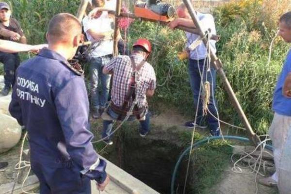 На Прикарпатті чоловіка завалило ґрунтом під час копання криниці