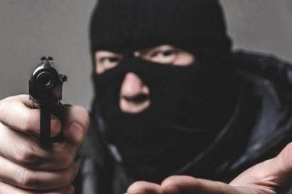 На Прикарпатті чоловік вчинив розбійний напад на продавчиню і забрав гроші з каси