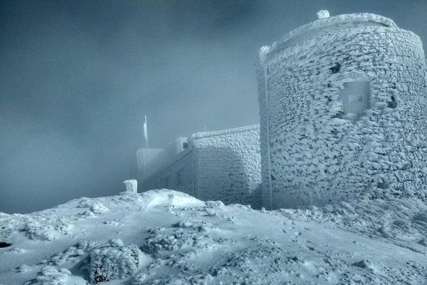 На горі Піп Іван у Карпатах випало півметра снігу (Фото)