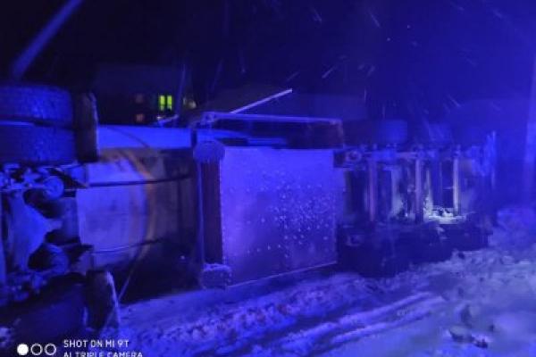Аварія на Прикарпатті: цистерна з газом злетіла з дороги та перекинулась (Фото)