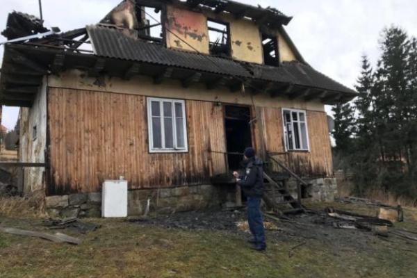 Затримали чоловіка, який підозрюється у підпалі будинку з сім'єю у Ворохті (Фото)